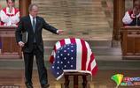 美前總統小布什在父親葬禮上致悼詞 情緒激動幾度哽咽