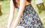 小智圖說-穿吊帶小衫的清秀甜美女孩在山邊河畔和路邊散心看風景