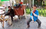 殘疾男子與9歲兒子相依為命,妻子嫌家窮離家出走,修鞋維持生活