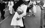 一組戰爭時期的軍人與妻子離別的老照片,臉上寫滿了幸福