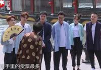 《極限挑戰》岳雲鵬趁機摸迪麗熱巴的手,誰注意到張藝興的表情?