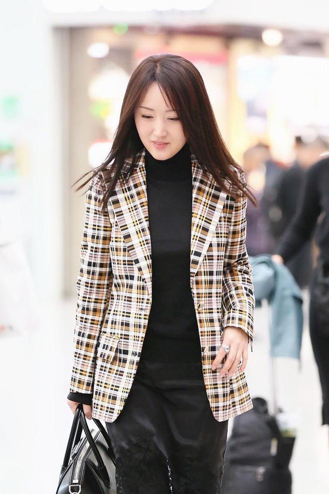 不老女神!48歲楊鈺瑩氣質休閒風穿搭,笑容甜美長髮飛揚