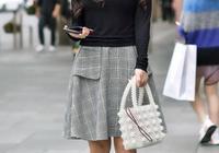 """女人過了41歲,少穿黑褲子,建議多穿這""""A""""字裙,驚豔又減齡"""