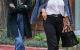 超模母女現身街頭!凱雅·傑柏與媽媽簡約穿搭隨便一拍都是大片