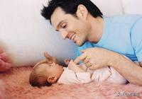 """哄孩子睡覺,自己卻睡著的爸爸,寶寶為了叫醒你可""""努力""""了"""