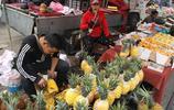 80後小夫妻農村大集賣菠蘿日賺四五百 顧不上生二胎