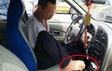 實拍:40歲無臂男子,用腳開車15年,交警發現後這樣處理