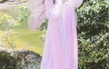 小智圖說-穿粉色齊胸襦裙的清新可愛美女拿著扇子在青草河畔遊玩