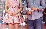 關曉彤穿粉紅花裙亮相,妝容顯老,網友:看著像30歲!