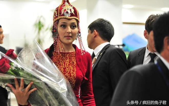 此國在亞洲,足球卻參加歐洲盃,外貌神似中國人,總理愛講普通話