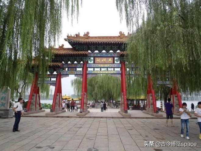 大明湖 一 :位於濟南市歷下區,是由濟南眾多泉水匯流而成