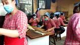 遊客在袁家村裡排隊買麻花,2元一根10年沒漲價,年銷售額超300萬
