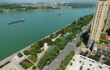 湖北宜昌:長江濱江美景 長江貨輪航行與城市高樓相映