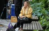 希拉里·達夫紐約拍戲,黃色上衣搭配緊身褲厚底鞋,有辣媽風采