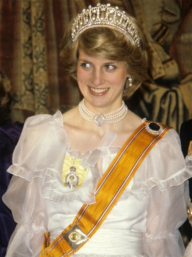 卡米拉佩戴前任皇冠,無法駕馭顯空洞,只有凱特打破情人淚魔咒