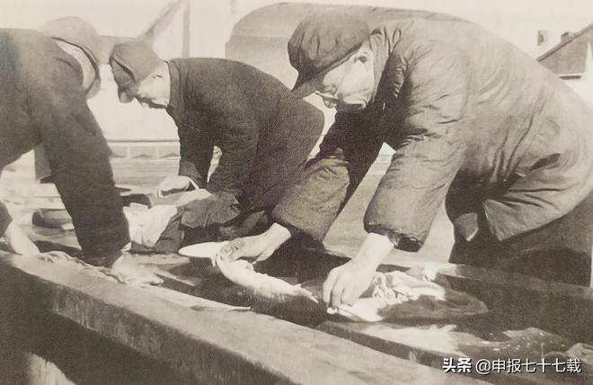 溥儀在撫順接受改造時期的照片,圖12溥儀在管理所給其他戰犯看病