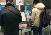 按ATM幫助鍵,帥氣小哥哥探出頭,以後取錢得穿的漂亮點