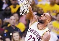 NBA打球強度有多大?字母哥大力傳球砸倒哈登,詹姆斯把球扣變形