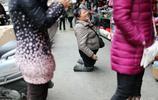 女子6個月大燒傷跪行40多年,丈夫將其拋棄,獨自將女兒養大外嫁