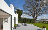 住宅設計:一大片草坪和幾棵大樹美了整個住宅的景緻