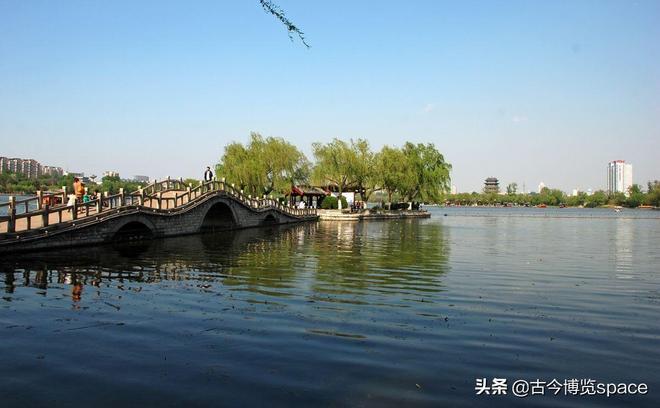 大明湖一:位於山東省濟南市歷下區,是由濟南眾多泉水匯流而成