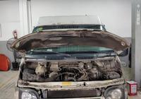 34萬公里的福特全順發動機發不著,車主看著破損的缸體顯得很茫然