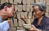 """""""我活一天,就要照顧兒子一天"""",農村78歲母親辛苦照顧兒子46年"""