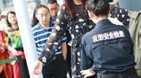 陳赫老婆張子萱現身機場,過安檢眉頭緊鎖,網友:裝過頭了