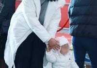 朱丹素顏抱女兒,皮膚又黑又黃卻獲網友力挺,女兒的鞋太接地氣了