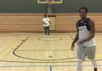 """德馬爾-德羅贊參加""""讓籃球飛一會兒""""挑戰"""