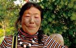 一名現存最年輕的獨龍族文面女的日常生活