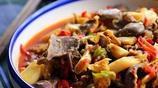 泡椒搭配藕帶來炒雞胗,鮮辣爽口,適合下飯吃