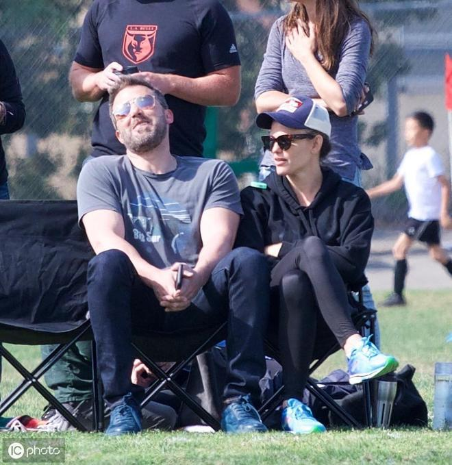 詹妮弗·加納觀看女兒訓練,身穿黑色連帽衫緊身褲,減齡顯腿長