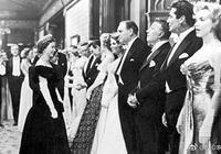 英國女王伊麗莎白年輕時接見瑪麗蓮夢露照,女王高雅,夢露可愛