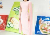 黃聖依的螞蟻腰太驚豔,穿粉色斗篷裙撞衫伊萬卡,氣質清新也不輸