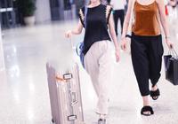鄭合惠子現身機場笑容甜美自推行李箱,網友:旁邊的助理顏值不輸惠子