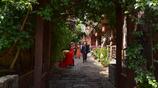 古鎮坐落於烏江與阿蓬江的交匯處,屹立在陡峭的鳳凰山西麓斜坡上