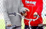賈斯汀比伯與賽琳娜又一起了 兩人被拍在洛杉磯街頭騎自行車
