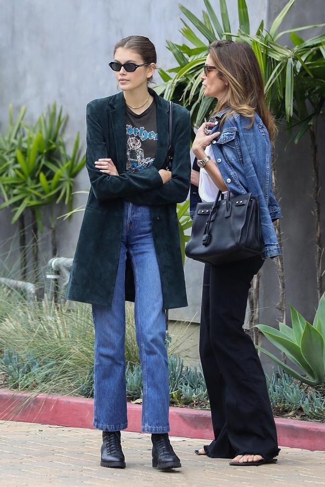 辛迪克勞馥罕見與女兒同框,18歲女兒基礎穿搭太有範,長腿不輸媽
