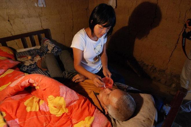 老僧人撿來女嬰撫養13年,摔傷後女孩想用這種方式來報答