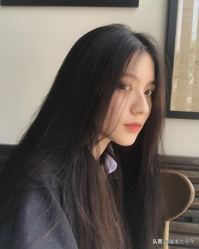 00後越南網紅顏值逆天被質疑整容,看到其兒時照片後網友被打臉