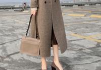 """忽然發現:""""駝色""""外套+羊毛裙,高貴洋氣,670後穿,美絕了"""