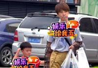 謝楠帶5歲兒子逛街吃棒棒糖似姐弟,被搶道險遭意外怒瞪司機