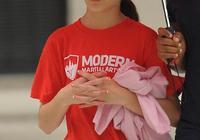 阿湯哥女兒越長越美,小蘇瑞吊帶配絲絨裙出街,13歲氣質遠超爸媽