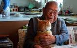 古有老人與海,今有老人與貓