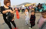 漁船秋捕歸港漁獲豐吃貨漁港扎堆淘海鮮,青島大媽拉著小車來包圓