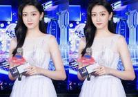 20歲關曉彤和37歲楊蓉同穿白裙,網友:這才是真正的少女感!