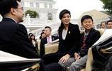 52歲美女總理英拉全家照,和丈夫只同居不結婚,兒子個高樣貌俊朗