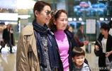 60歲倪萍瘦身後現身機場造型超颯 風衣搭闊腿褲走路帶風