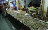 大蝦價格持續下跌 女士看大蝦便宜  60元錢的大蝦她買了7斤